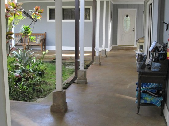 Kauai Banyan Inn: Courtyard - common area
