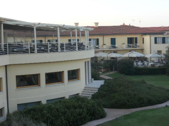 Tombolo Talasso Resort: ESTERNO HOTEL CON TERRAZZO...di giorno