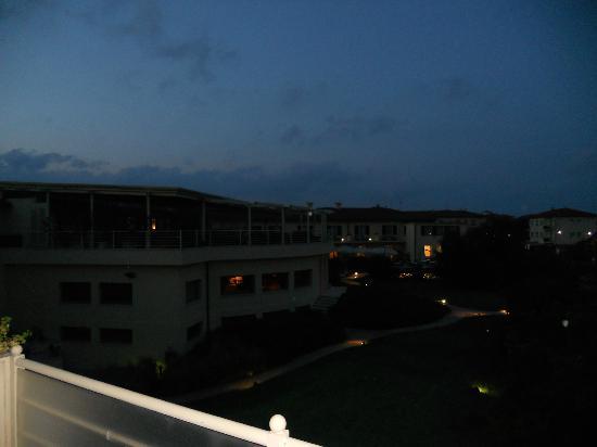 Tombolo Talasso Resort: TERRAZZA ESTERNA......la sera