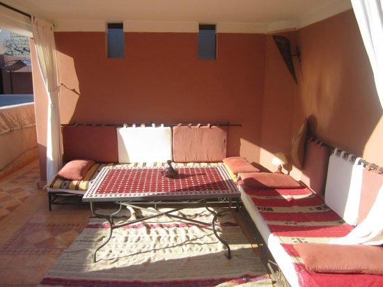 Riad l'Oiseau du Paradis: Détente à l'abri du soleil sur la terrasse