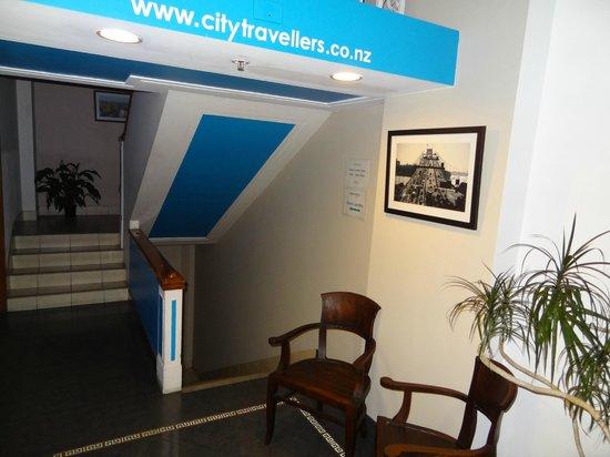 City Travellers Auckland : Klatka schodowa tuż przy recepcji.