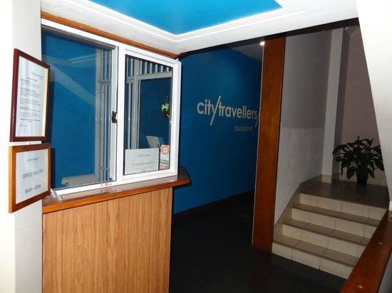 City Travellers Auckland : Recepcja na parterze, zaraz przy wejściu,