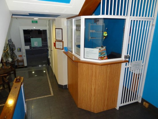 City Travellers Auckland : Recepcja i wejście do hotelu widziane od środka.