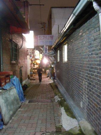 Daesungjip: テソンチプ お店の前の通り(夜)