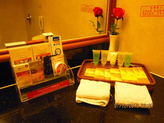 Jin Yan Fortune Grand Hotel : The well-stocked toilet amenities