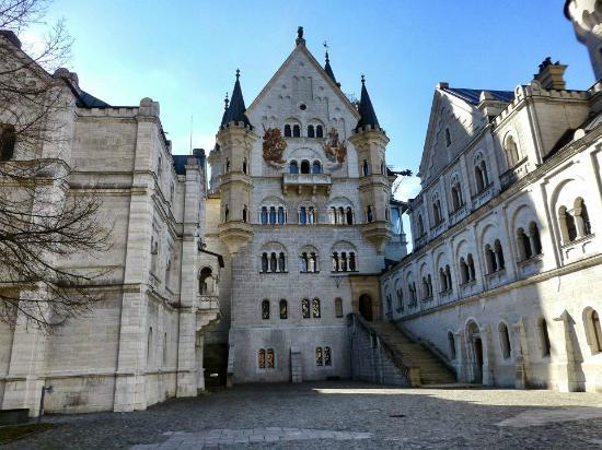 Schloss Neuschwanstein: Courtyard of Neuschwanstein