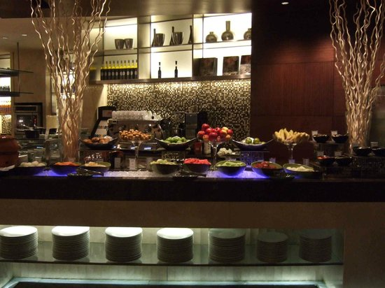 InterContinental Bangkok: 朝食ブッフェ会場はフルーツ盛りだくさん