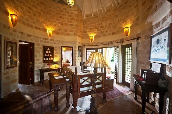 Kitu Kidogo Cottages: Inside Lounge