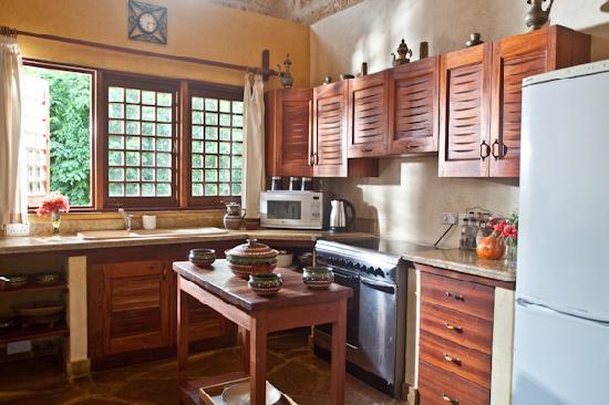 Kitu Kidogo Cottages: Kitchen