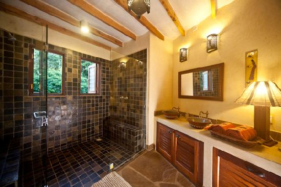 Kitu Kidogo Cottages: Bathroom