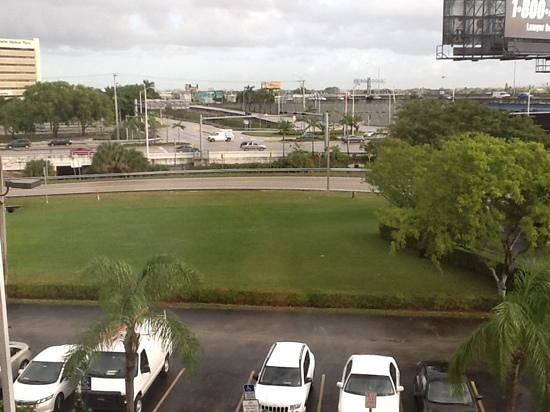 Holiday Inn Express Miami-Hialeah (Miami Lakes): highway across the street.