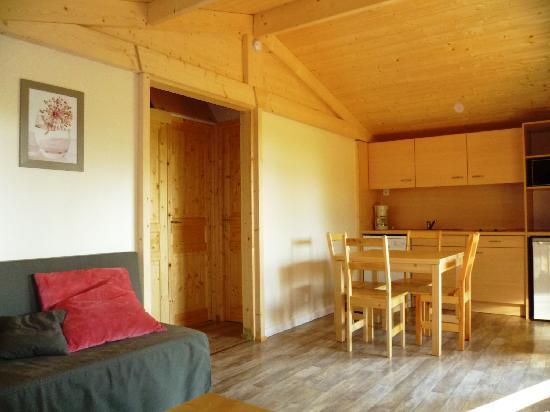 Séjour cuisine d\'un modèle Charlay - Picture of Camping Pre-Fixe ...