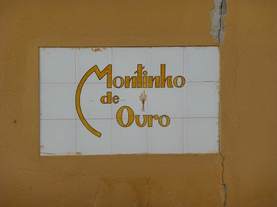 Montinho de Ouro: Welcome Sign to complex