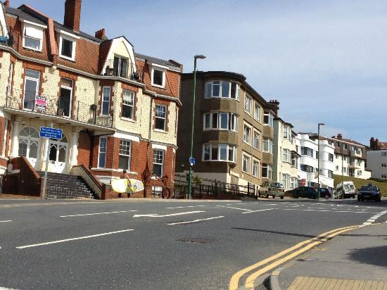 Denewood Hotel: Surfista alle 9 di mattino in giro per Bournemouth!!!! :-)