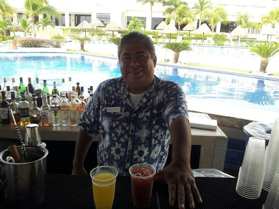 Moon Palace Golf & Spa Resort: Lucas - Favorite Pool Bartender