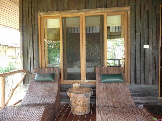 Coral Bay Resort: Ligestühle auf der Veranda des Bungalows