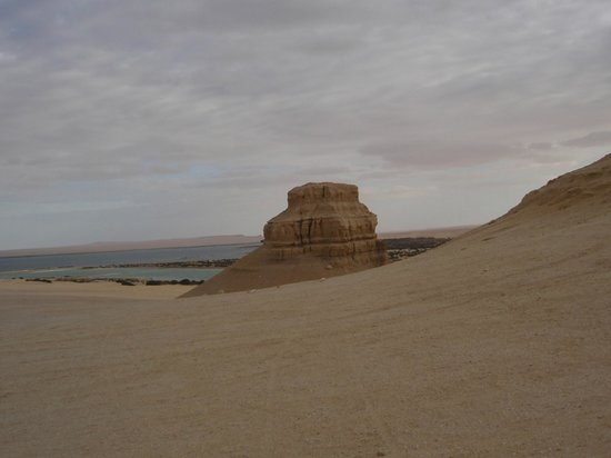 Al-Fayoum Oasis : Hill at the end of the lower lake