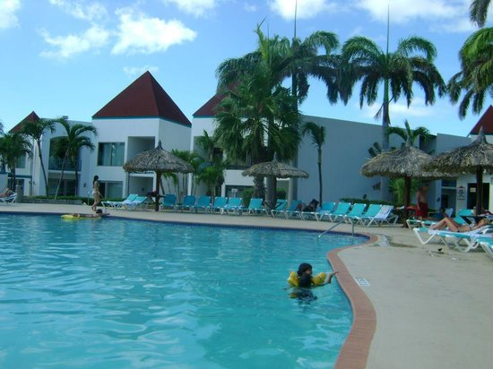 The Mill Resort & Suites Aruba: mi sobrino en la piscina
