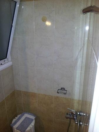 Hotel Aristoteles: shower