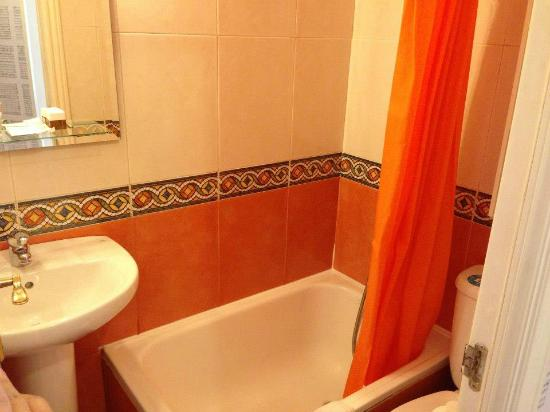 Hostal Adriano: Tiny bathroom
