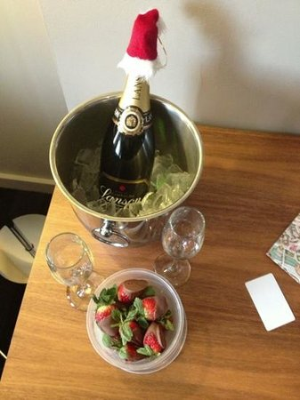 Apex Waterloo Place Hotel: took our own champagne & got flutes & bucket to use from bar