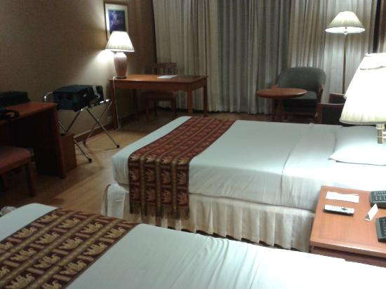 The Twin Towers Hotel: Room with laminated flooring