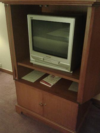 The Twin Towers Hotel: CRT TV in room with laminated flooring