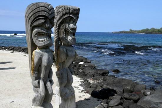 Pu'uhonua O Honaunau National Historical Park: Statues at the park