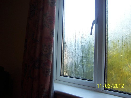 Dene Hotel: Heavy condensation on (double glazed) window