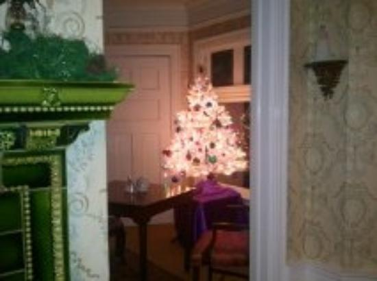 Manor House Inn: Telephone Room Christmas Tree