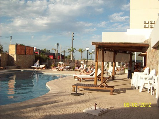 Howard Johnson Hotel Ramallo: La pileta en febrero
