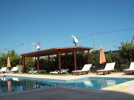 Howard Johnson Hotel Ramallo: La piscina en febrero