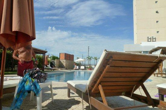 Howard Johnson Hotel Ramallo: La pileta en febrero desde otro angulo