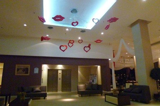 Howard Johnson Hotel Ramallo: Adornos en el lobby para el 14 de febrero