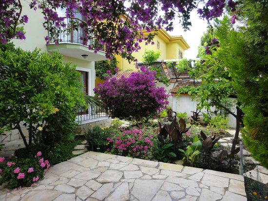 Crescent Hasirci Hotel & Villas: Gardens outside rooms