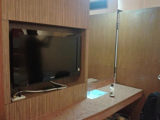 Caesar Palace Hotel: Large LCD TV adds modern touch to the rooms