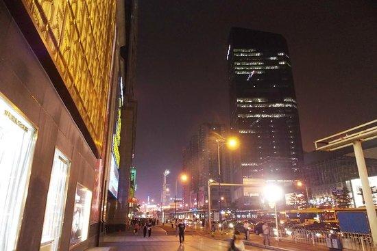 Overseas Chinese Friendship Hotel: Улица Тианхе, вечер.