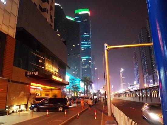 Overseas Chinese Friendship Hotel: Улица Тианхе, вечер. Всего пять минут ходьбы от отеля.