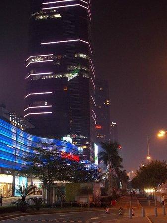 Overseas Chinese Friendship Hotel: Улица Тианхе вечером.