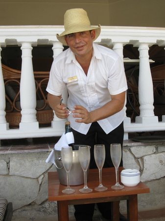 Paradisus Rio de Oro Resort & Spa: Wilmar the bartender at the pool