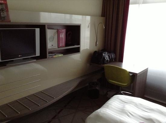Mercure Groningen Martiniplaza: TV which we could not turn on as the remote did not work and there was no access to the controls