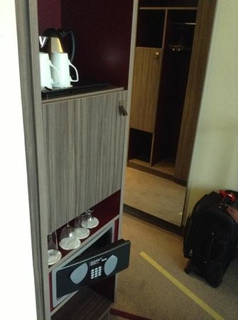 Mercure Groningen Martiniplaza: coffee pot and safe