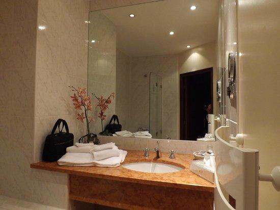 La Grange de Conde: Modern bathroom