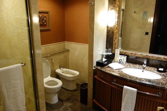 Shangri-La Hotel Jakarta: bathroom