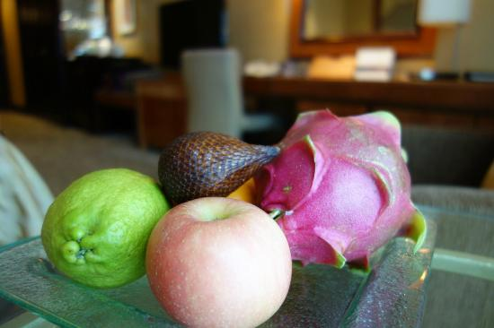 Shangri-La Hotel Jakarta: Welcome fruits