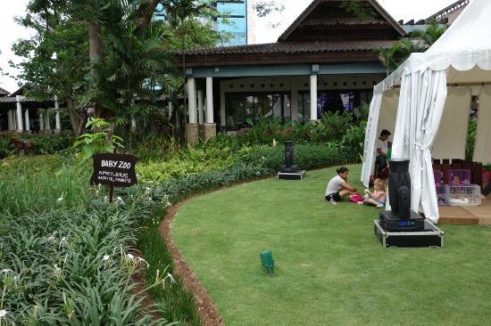Shangri-La Hotel Jakarta: Small zoo for children