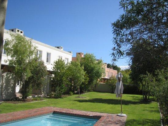 Spier Hotel: Garten mit Pool
