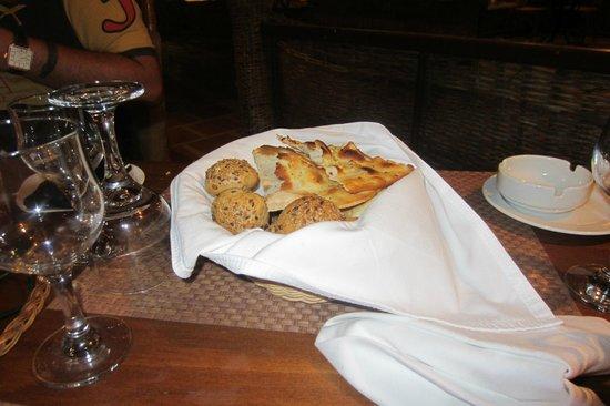 دومينا كورال باي: some garlic bread and rolls at resturant 