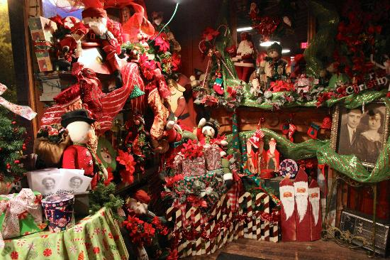 Nonna Emilia Ristorante : Entry way does it up for the holidays