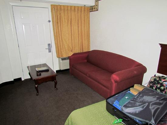 Quality Inn Creekside: Couch and Second Room Entrance/Exit